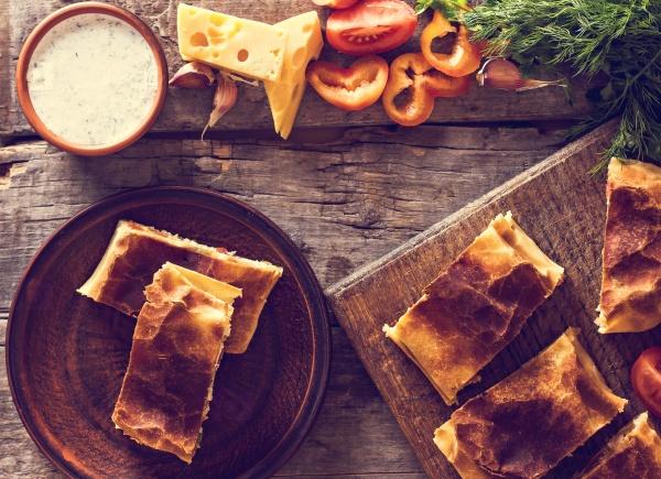 Домашний штрудель с курицей, грибами, сыром и овощами
