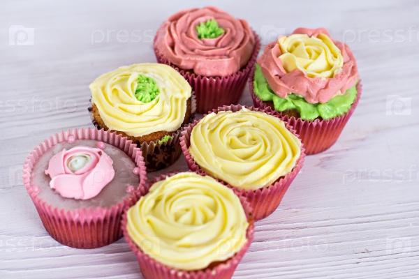Ванильные кексы с розовым и желтым кремом