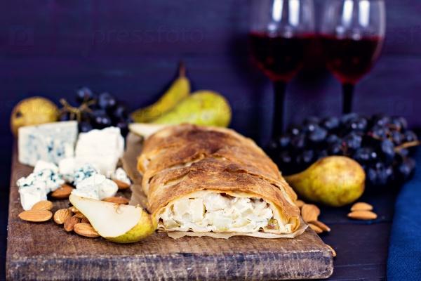 Штрудель, вино, сыр и фрукты