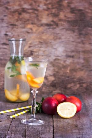 Свежий лимонад с лимоном и персиком,