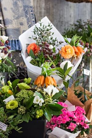 Полка в цветочном магазине