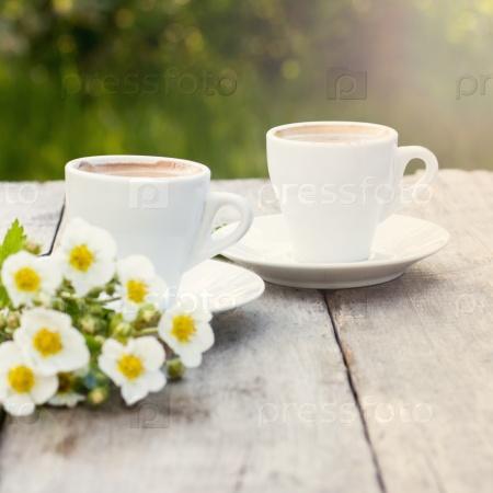 Кофе и весенние цветы