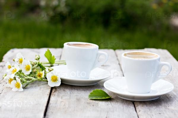 Чашки эспрессо и весенние цветы
