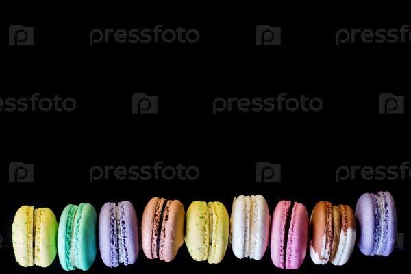 Разноцветные макароны на черном фоне