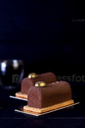 Шоколадный торт тирамису и кофе