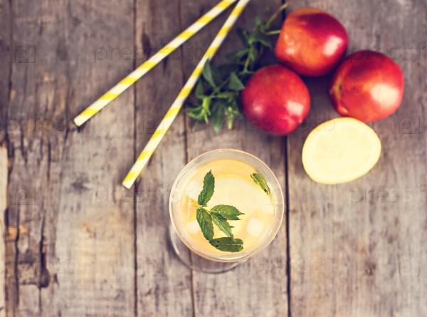 Свежий лимонад с лимоном и персиком