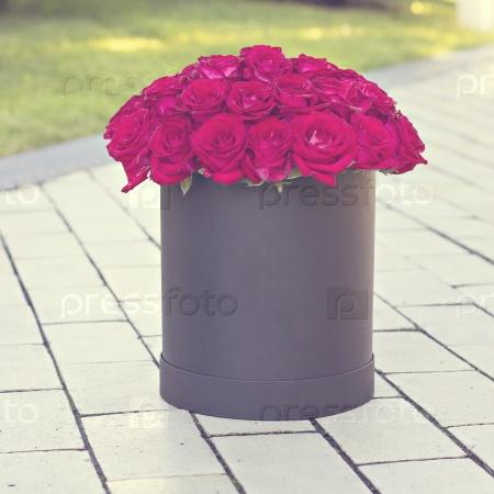 Букет красных роз в коробке