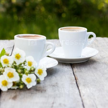 Кофе эспрессо и весенние цветы