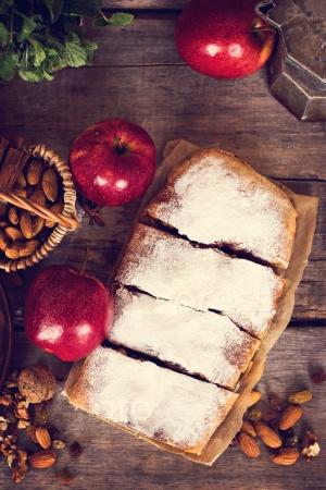 Нарезанный самодельный яблочный штрудель