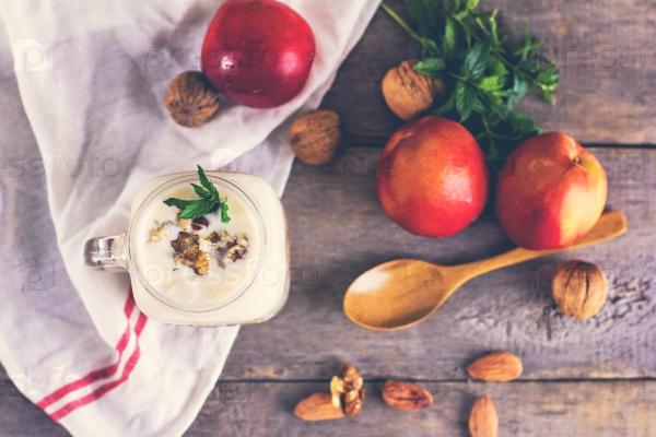 Гранола с натуральным йогуртом, персиками и орехами в банке