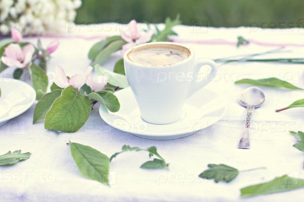 Кофе и весенние цветы на фоне старых деревянных досок