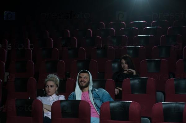 Сосут в кинотеатре смотреть, частные фото сфотографированные нижнее белье