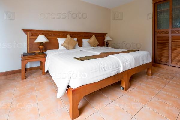 Большая двуспальная кровать в гостиничном номере