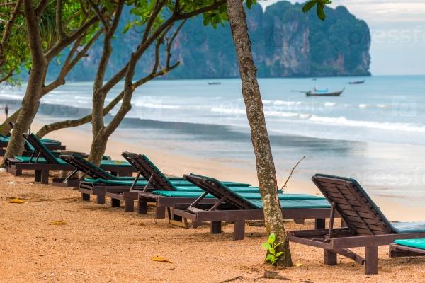 Ряд пустых шезлонгов на пляже Ао Нанг, провинция Краби, Таиланд