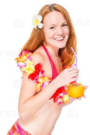 Счастливая красивая женщина в цветочной гирлянде и бикини с коктейлем