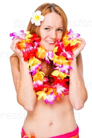 Счастливая девушка в цветочной гирланде