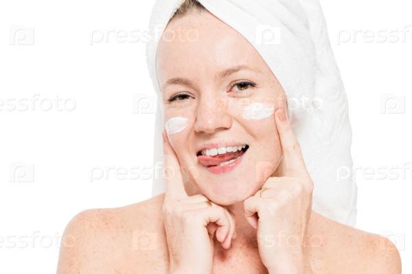 Женское лицо с увлажняющим кремом на щеках