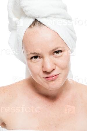 Красивая женщина после душа на белом фоне