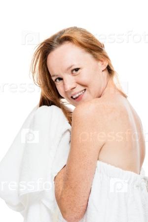 Счастливая женщина с полотенцем после душа