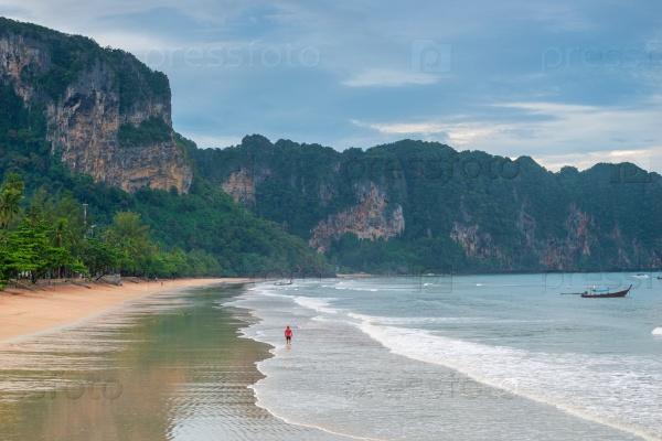 Песчаный пляж курорта Ао Нанг Краби в Таиланде