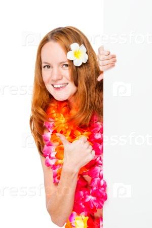 Счастливая женщина в цветочной гирлянде с плакатом