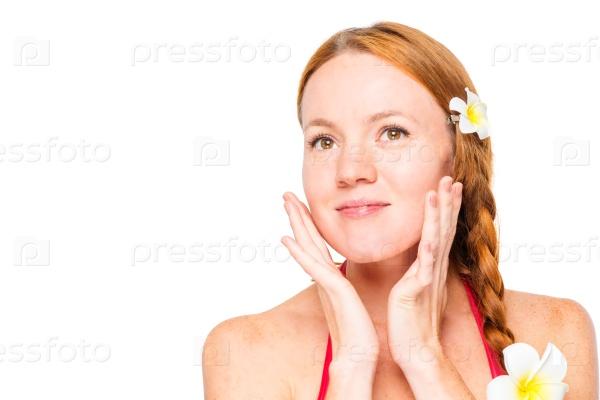 Лицо красивой женщины на белом фоне
