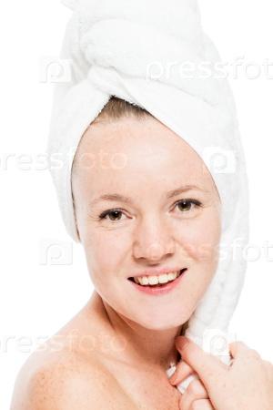 Красивая молодая женщина в полотенце с веснушками на коже