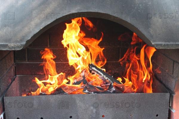 Большая жаровня с горящим огнем