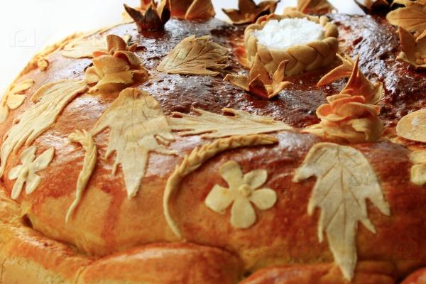 Круглый хлеб с цветочным узором с солью