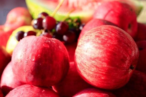 Очень вкусные и спелые яблоки и виноград