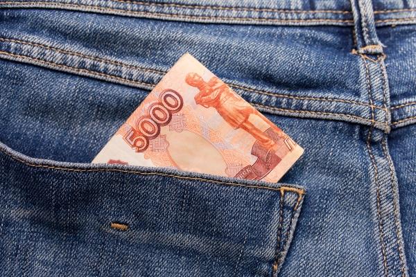 Русские деньги в кармане синих джинсов