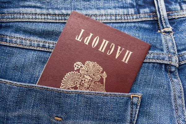 Российский паспорт в заднем кармане джинсов