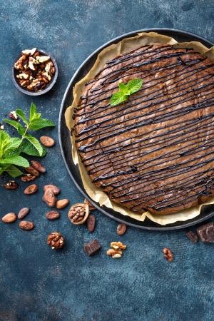 Вкусный шоколадный пирог с орехами