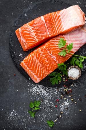 Филе лосося со специями на черном фоне