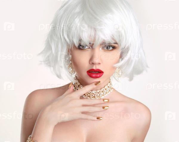 брюнетка в белом парике видео