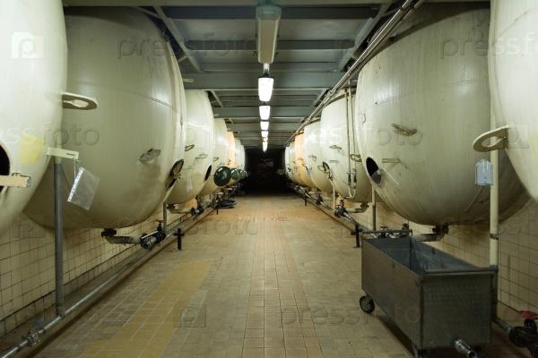 Оборудование для производства шампанского в цехе завода