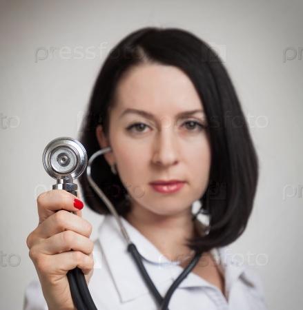 Молодая красивая женщина-врач
