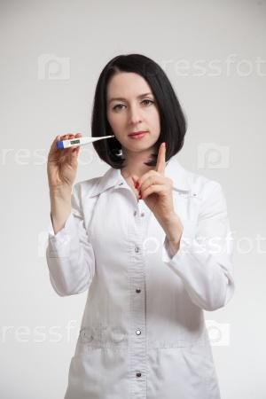 Молодая красивая женщина-врач с термометром