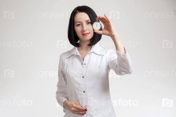 Молодая красивая женщина-врач с секундомером