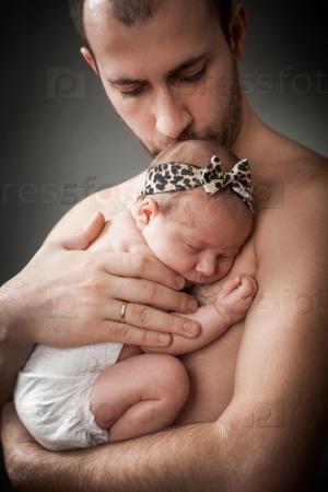 Новорожденный ребенок и отец