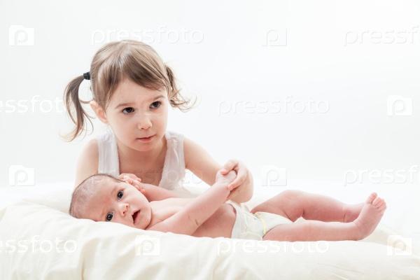 Старшая сестра с новорожденным ребенком