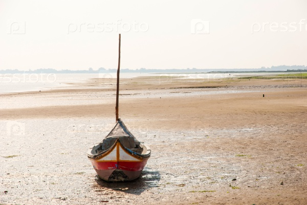 Рыбацкая лодка на пляже