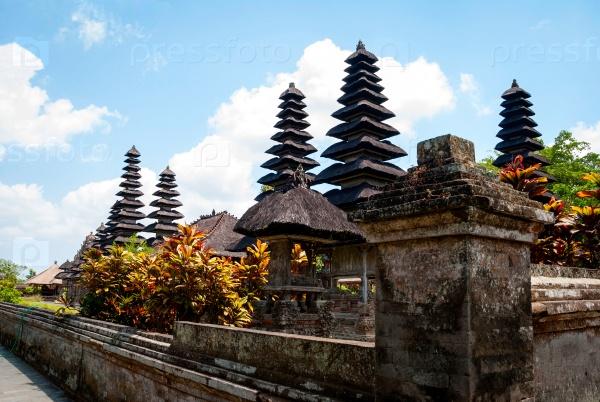 Типичные крыши индуистского храма в Бали