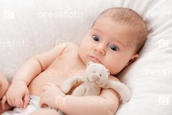 Маленький ребенок с игрушкой