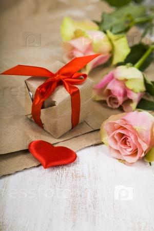 Подарок и розы