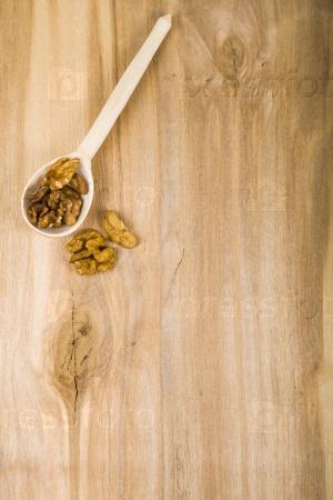 Грецкие орехи в ложке