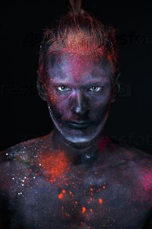 Портрет мужчины в люминесцентной краске
