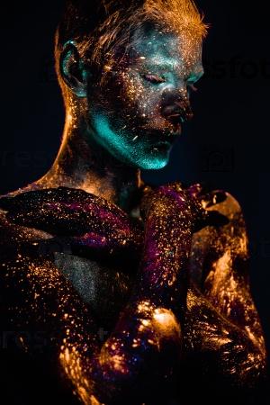 Портрет человека в люминесцентной краске