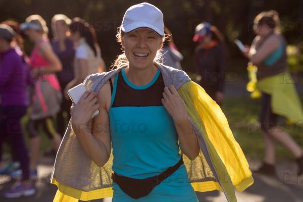 Веселая женщина в спортивной одежде