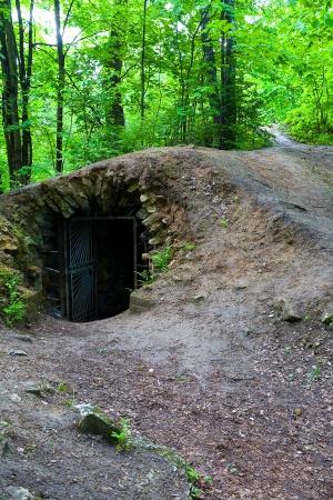 Вход в старое заброшенное подземелье